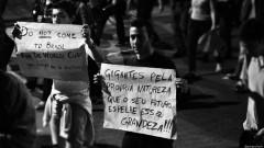 """Manifestante segura cartaz """"Gigantes pela própria natureza, que o seu futuro espelhe essa grandeza"""". George Campos / USP Imagens"""