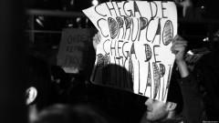 """Manifestante com cartaz """"Chega de corrupção, chega de político ladrão"""". George Campos / USP Imagens"""