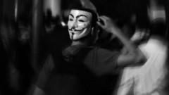 Manifestante caminha com máscara atrás da cabeça. George Campos / USP Imagens