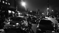 Pessoas nos carros, aguardando o final da passagem dos manifestantes. George Campos / USP Imagens