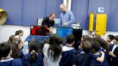reg. 105-16 IO. Everton Luiz Kotarski e o Professor Antonio de Lima Toledo do LaPAS conversam com as crianças que visitam o Instituto Oceanográfico - IOUSP. 27/04/2016 Foto: Marcos Santos