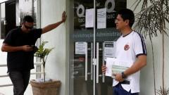 Detalhe de pessoas aguardando informações sobre as cápsulas de fosfoetanolamina em portaria do IQSC (Instituto de Química de São Carlos). Foto: Cecília Bastos/USP Imagens