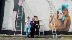 Nadine Gasman, representante do Escritório da ONU Mulheres no Brasil entre as artistas Jü Violeta e Mag Magrela que pintaram, a convite da ONU Mulheres painel na Semana de arte HeForShe no Espaço das Artes, atigo prédio do MAC na cidade Universitária. 2017/03/08 Foto: Marcos Santos/USP Imagens