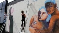 Ju Violeta e MAG finalizam pintura, a convite da ONU Mulheres painel na Semana de arte HeForShe no Espaço das Artes, atigo prédio do MAC na cidade Universitária. 2017/03/08 Foto: Marcos Santos/USP Imagens