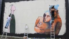 As Artistas Ju Violeta e Mag pintam, a convite da ONU Mulheres painel na Semana de arte HeForShe no Espaço das Artes, atigo prédio do MAC na cidade Universitária. 2017/03/08 Foto: Marcos Santos/USP Imagens