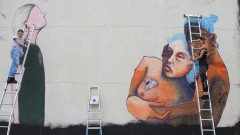 As Artistas Jü Violeta e Mag pintam, a convite da ONU Mulheres painel na Semana de arte HeForShe no Espaço das Artes, atigo prédio do MAC na cidade Universitária. 2017/03/08 Foto: Marcos Santos/USP Imagens
