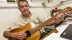 José Edivaldo Garcia, coordenador do projeto que fabrica violões a custo acessível.  Foto: Roberto Amaral/ACOM ESALQ