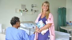 Voluntária Marta Trigo ajuda a orientar os pacientes dentro do HU. Foto: Cecília Bastos/Jornal da USP
