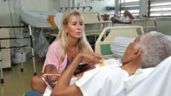 Voluntária Marta Trigo conversa com paciente no HU. Foto: Cecília Bastos/Jornal da USP