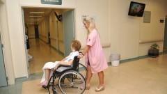 Voluntária Marta Trigo leva paciente para fazer exames. Foto: Cecília Bastos/Jornal da USP