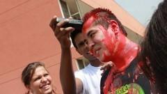 Aluno tendo seu cabelo raspado durante o trote. Foto: Gabriel Almeida/ EACH