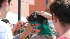 Aluno sendo pintado durante o trote. Foto: Gabriel Almeida/ EACH