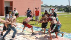Alunos nas brincadeiras que aconteceram durante o trote na EACH. Foto: Gabriel Almeida/ EACH