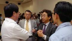 Minoru Yoshida e Sohichi Uekihara, no 1º Workshop Internacional de Cuidados Paliativos no HU/USP. Crédito: Francisco Emolo/Jornal da USP