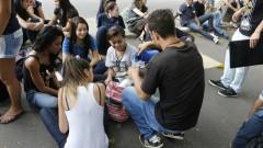 Alunos e manifestantes dão apoio aos colegas que estão ocupando a Escola Estadual Fernão Dias Paes (Pinheiros). Foto: Marcos Santos/Jornal da USP