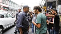 Estudantes que apoiam a ocupação da Escola Estadual Fernão Dias Paes (Pinheiros) são abordados pela Polícia Militar na Rua Teodoro Sampaio (Pinheiros). Foto: Marcos Santos/Jornal da USP