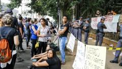 Estudantes que participam da ocupação da Escola Estadual Fernão Dias Paes (Pinheiros) tentam conversar com colegas e familiares que protestam em frente. Foto: Marcos Santos/Jornal da USP