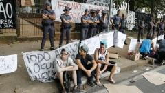 Polícia Militar faz cordão de isolamento em frente à Escola Estadual Fernão Dias Paes (Pinheiros). Foto: Marcos Santos/Jornal da USP