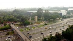 Passarela sobre à av. 23 de maio e ao fundo prédio da Bienal, onde está instalado o MAC USP, no Parque Ibirapuera. Foto: Cecilia Bastos/Jornal da USP