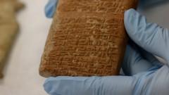 Placa com escrita cuneiforme de 4 mil anos A/C. do acervo MAE-USP. foto: Cecília Bastos