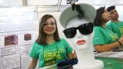 Detalhe de Ana Beatriz Trindade (aluna do ensino médio e expositora) na 13ª Feira Brasileira de Ciências e Engenharia (FEBRACE 2015) com seu projeto Overview (Olhar de cima). Foto: Marcos Santos/USP Imagens