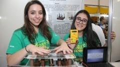 Detalhe das alunas expositoras Aline Prado Costa Morosini e Roberta Molina com seu projeto durante a 13ª FEBRACE 2015. Foto: Marcos Santos/USP Imagens