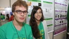 Detalhe dos alunos expositores Pedro Eduardo Rocha Benazzi e Ana Paula Peixoto durante a 13ª FEBRACE 2015. Foto: Marcos Santos/USP Imagens