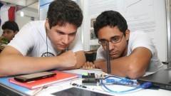 Detalhe dos alunos expositores Samuel Sarmento Mendonça e Guilherme de Souza Morais com seu projeto na 13ª FEBRACE 2015. Foto: Marcos Santos/USP Imagens