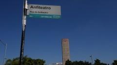 Detalhe da placa de sinalização da Rua do Anfiteatro com a torre da Praça do Relógio ao fundo. Foto: Marcos Santos/USP Imagens