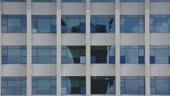 Detalhe da torre da Praça do Relógio refletida nos vidros do prédio da Reitoria. Foto: Marcos Santos/USP Imagens