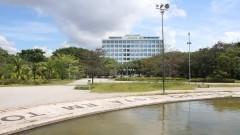 Vista parcial do espelho d'água da torre da Praça do Relógio com prédio da Reitoria ao fundo. Foto: Marcos Santos/USP Imagens