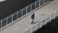 Detalhe de pessoa subindo rampa que dá acesso ao Complexo Brasiliana. Foto: Marcos Santos/USP Imagens