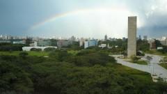 Vista geral do alto da Praça e Torre do Relógio com arco-íris ao fundo. Foto: Cecília Bastos / Jornal da USP