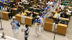 """ALESP. Dia Nacional do Samba. Memória do Samba Paulista. Integrantes do """"Projeto Vai Cuíca fazem homenagem à Osvaldinho da Cuica.  2016/11/02 Foto: Marcos Santos/USP Imagens"""