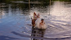 Meninos banham no rio Japiin, no munícipio Mâncio Lima no interior do estado do Acre. Foto: Cecília Bastos/USP Imagem