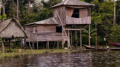 Casa rural no Rio Croa na cidade de Cruzeiro do Sul no estado do Acre. Foto: Cecília Bastos/USP Imagem
