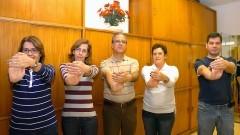 Rosangela, Ana Paula, João, Lazara e Fernando, funcionários da Reitoria, praticando a ginástica laboral. Foto: Cecília Bastos/Jornal da USP