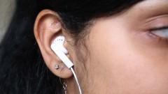 Jovem com fone de ouvido. Foto: Marcos Santos/USP Imagens