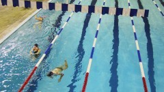 Deficientes nadam na piscina da EEFE.