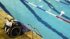 Cadeira de rodas à beira da piscina