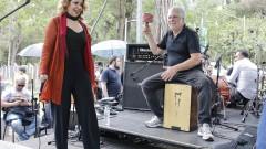 Vânia Bastos e o percussionista Nahabe Menesello Casseb. Show 40 anos da Rádio USP. 2017/10/11 Foto: Marcos Santos/USP Imagens