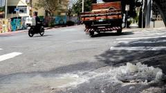 Vazamento de água de bueiro entre a rua João Moura e a Iperó. foto Cecília Bastos