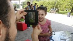Detalhe de menina participando dos experimentos interativos de Biologia na Virada Científica 2015 nas tendas montadas na Praça do Relógio. Foto: Marcos Santos/USP Imagens