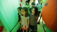 Crianças aguardam para ver o interior da Célula Gigante do IB (Instituto de Biociências) no Ciclo Multidisciplinar 1 (no prédio da Faculdade de Arquitetura e Urbanismo) durante a Virada Científica 2015. Foto: Marcos Santos/USP Imagens