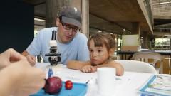 Detalhe de adulto e criança interagindo com microscópio durante oficina no Ciclo Multidisciplinar 1 (na Faculdade de Arquitetura e Urbanismo) durante a Virada Científica 2015 (segunda edição) realizada dias 17 e 18 de outubro. Foto: Marcos Santos/USP Imagens