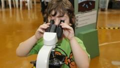 Detalhe de garoto interagindo com microscópio durante oficina no Ciclo Multidisciplinar 1 (na Faculdade de Arquitetura e Urbanismo) durante a Virada Científica 2015 (segunda edição) realizada dias 17 e 18 de outubro. Foto: Marcos Santos/USP Imagens