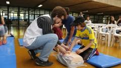 Detalhe de monitor e crianças interagindo com experimentos durante oficina no Ciclo Multidisciplinar 1 (na Faculdade de Arquitetura e Urbanismo) durante a Virada Científica 2015 (segunda edição) realizada dias 17 e 18 de outubro. Foto: Marcos Santos/USP Imagens