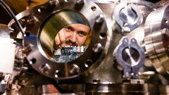Vitor Aguiar no equipamento sistema de feixes ionicos para irradiações e aplicações do Instituto de Física. Foto: Cecília Bastos/USP Imagem