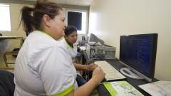Programa PETROBRAS Desenvolvimento & Cidadania, que visa o treinamento de catadores no manuseio e negociação de lixo eletrônico. Foto: Marcos Santos/USP Imagens