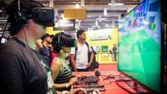 Visitante da feira experimenta óculos 3D de realidade aumentada para criação de mundos virtuais. Foto: George Campos / USP Imagens